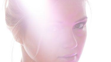 gezicht van een vrouw waar het licht op valt