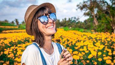 vakantiegevoel / vrouw in een bloemenveld