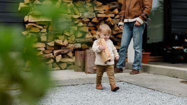Een kind die al op jonge leeftijd helpt met klusjes
