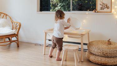 Peuter die speelt in haar kamer vol met IKEA hacks