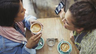 twee vriendinnen drinken koffie en praten