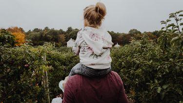 dochter op de rug van haar vader