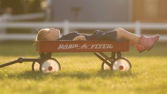 kind slaap in warm weer