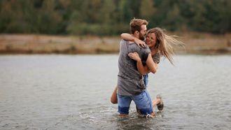 Partners die nog steeds verliefd zijn en in het water grappen maken