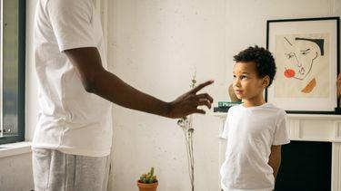 Man geeft adviezen aan z'n zoon