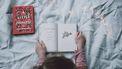 kind leest een boek