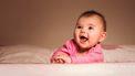 Lachende baby met rare eigenschappen