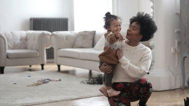 Moeder die probeert haar dochter iets te laten doen, zonder te dreigen
