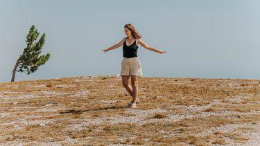 vrouw danst in een open veld