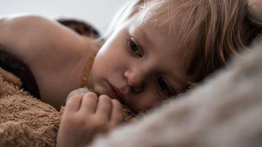 Kind dat last heeft van angst en zielig kijkt