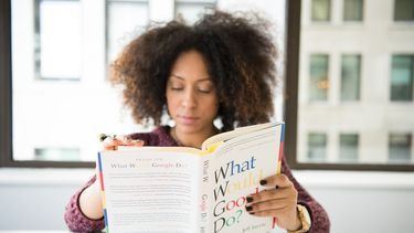 vrouw leest boek op google