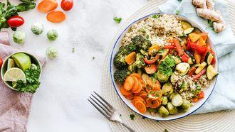 bord met vegetarisch eten voor iedereen die minder vlees eten belangrijk vindt