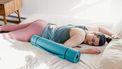 Vrouw die uitgeput van het sporten na de bevalling