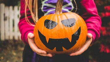 Netflix / meisje met halloween houdt pompoen vast