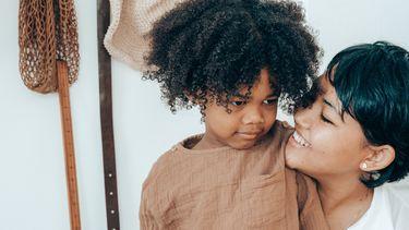 Moeder die dingen met haar kind bespreekt die ze beter voor zich kan houden