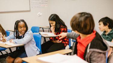 Kinderen die een ander kind pesten in de klas