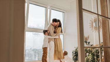 Ouders die knuffelen met de kinderen en iets van ze leren