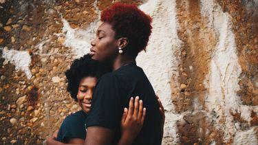 Moeder die haar dochter knuffelt nadat ze het onderwerp zelfmoord heeft besproken