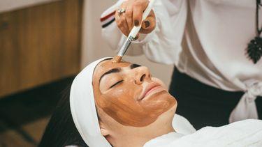 vrouw krijgt gezichtsbehandeling als beautyroutine