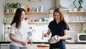 Twee vrouwen die koken in een keuken met allerlei Ikea hacks