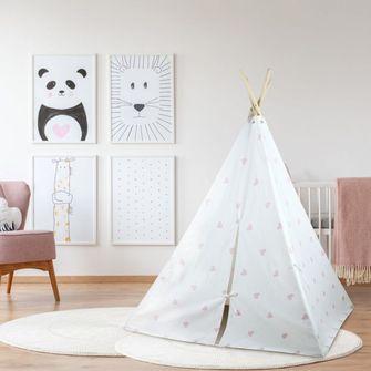 Witte tipi tent met roze hartjes in woonkamer