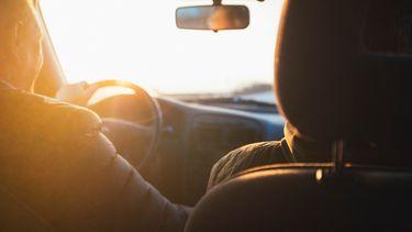 Man en vrouw die in de auto naar het ziekenhuis rijden voor de bevalling