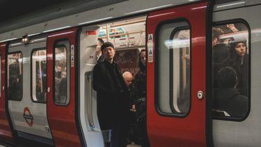 man in een trein
