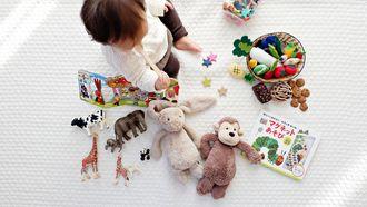 Kindje dat met speelgoed aan het spelen is
