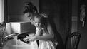 Thuisblijfmoeder die de handen van haar dochtertje wast