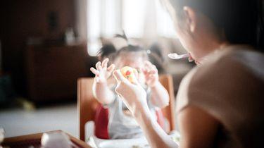 Een ouder die trucjes moet uithalen om haar kind te laten eten