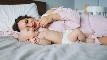 Moedermet haar baby in bed