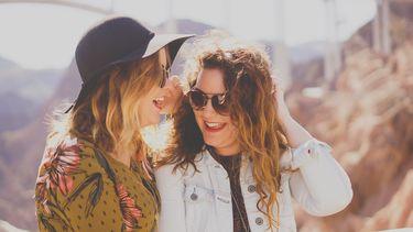 Twee vrouwen die de eigenschappen van het sterrenbeeld van de ander leuk vinden