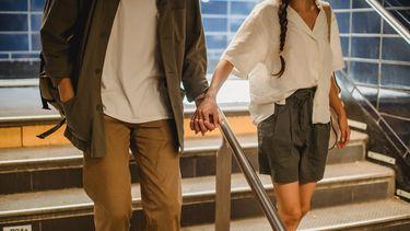 Relatie / Man en vrouw houden handen vast