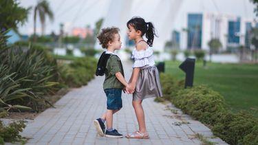 ruzie tussen broertjes en zusjes / kinderen spelen buiten