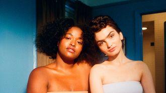 Twee vrouwen die samen in een kamer zitten op internationale vrouwendag