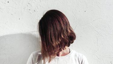 Vrouw met dun haar een messy bob kapsel