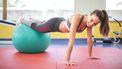 Vrouw in de gym en heeft sportmotivatie