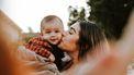 kind / moeder kust zoon op wang