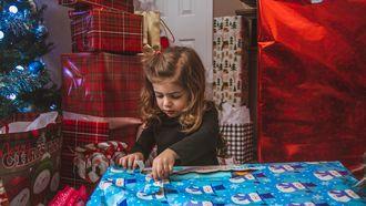 jong meisje wordt overladen met cadeaus