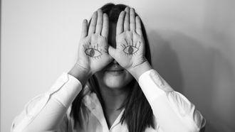 introvert kind doet handen voor de ogen