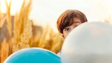 kindje en balonnen
