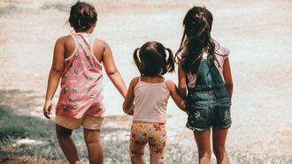 Drie kinderen die samen buiten spelen