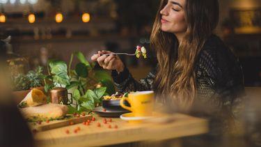 vrouw is mindful van haar ontbijt aan het genieten
