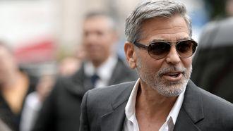 George Clooney die heel sexy is met grijs haar