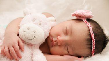 Pasgeboren baby met een leuke engelse meisjesnaam