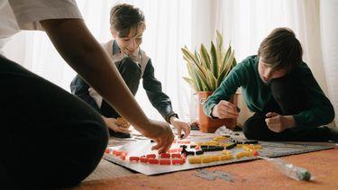 Kinderen die een spelletje spelen