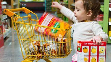 Kindje met kleine winkelwagen