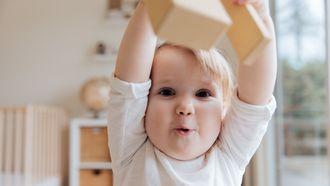 Baby speelt met speelgoed: sommige woorden krijgen andere betekenis na de bevalling