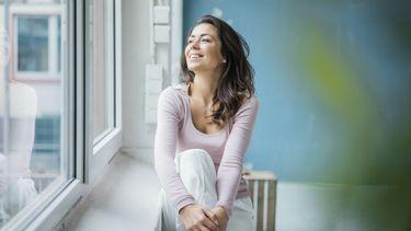 vrouw is dankbaar en kijkt gelukkig