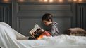 Jongetje dat in bed een boek leest
